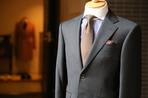 ネクタイが曲がってしまう理由とは?基本的なネクタイの結び方